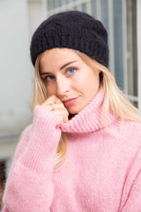 CABLE KNIT HAT IN BLACK