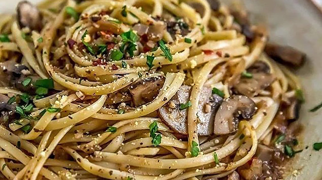 Vegan Linguine with Garlic Sauce and Mushrooms