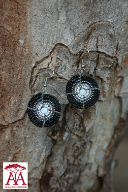 Disc earrings in black and white