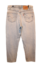 LIGHT WASH LEVI JEANS