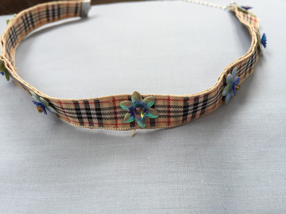 Paillettes flower edging check pattern choker