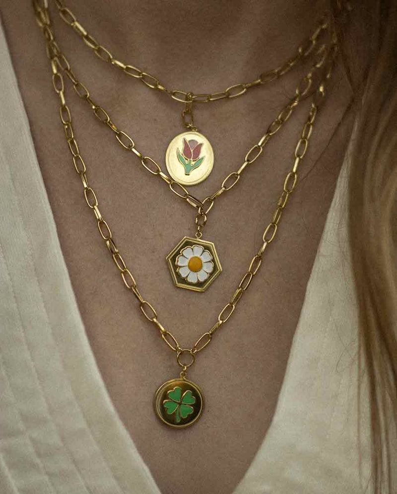 WILHELMINA GARCIA Clover necklace gold lookbook-Diverse