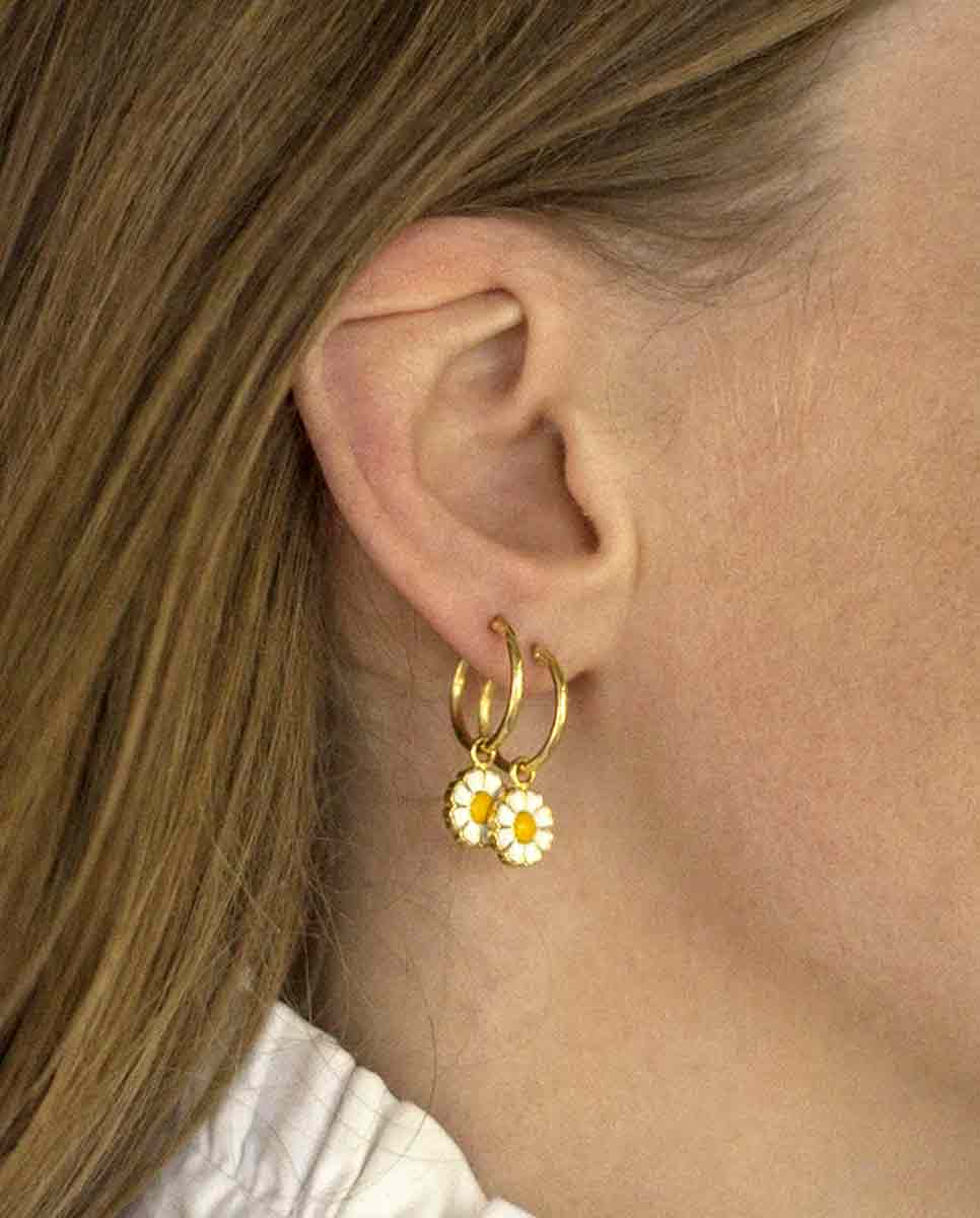 WILHELMINA GARCIA Daisy hoop earring gold lookbook -Diverse