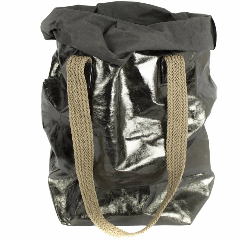 The Metallic Peltrolio Carry Two features an oversized, foldable bag with two attached woven straps for easy portability. This is perfect for groceries, shopping, laundry, storing kid toys, and a stay at the beach!