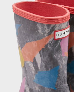 Hunter's classic rain boots in colorful camo and pink rhythm accent.