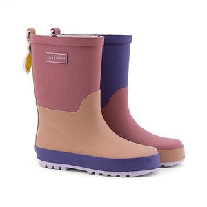 A hotel brick + chocolat au lait + lobby purple rainboot. These rainboots are handmade and every pair is unique. With an adorable little lemon motif charm at the back.