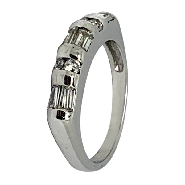14 KT WHITE GOLD ROUND & BAGUETTE DIAMOND RING - 0.58 CT