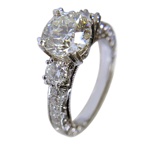 18 WHITE GOLD - 3 STONES ROUND DIAMOND ENGAGEMENT RING AND WEDDING BAND SET - 4.58 CT
