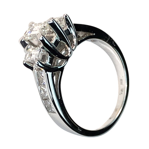 18 KT WHITE GOLD 3 STONES DIAMONDS ENGAGEMENT RING - 2.5 CT