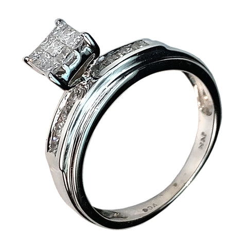 14 KT WHITE GOLD PRINCESS DIAMOND ENGAGEMENT RING - 0.59 CT