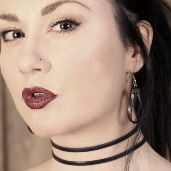 model arthlin jewelry llc earrings leather hoops with double strands choker