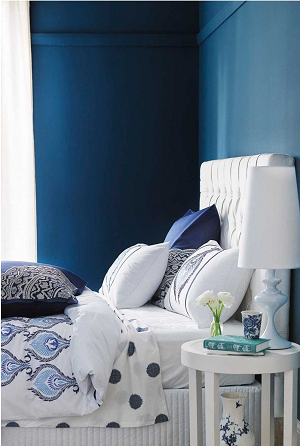 How to decorate bedside table