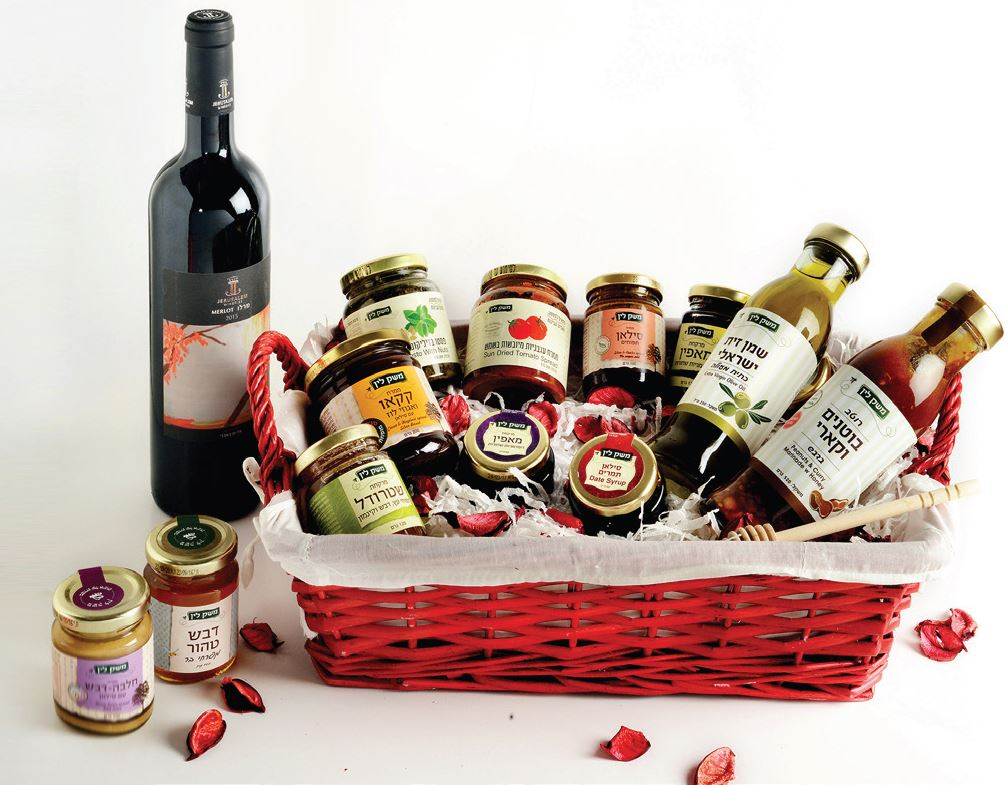 Israel Deluxe Kosher for Passover Basket. Wine , Honey & Delicacies.