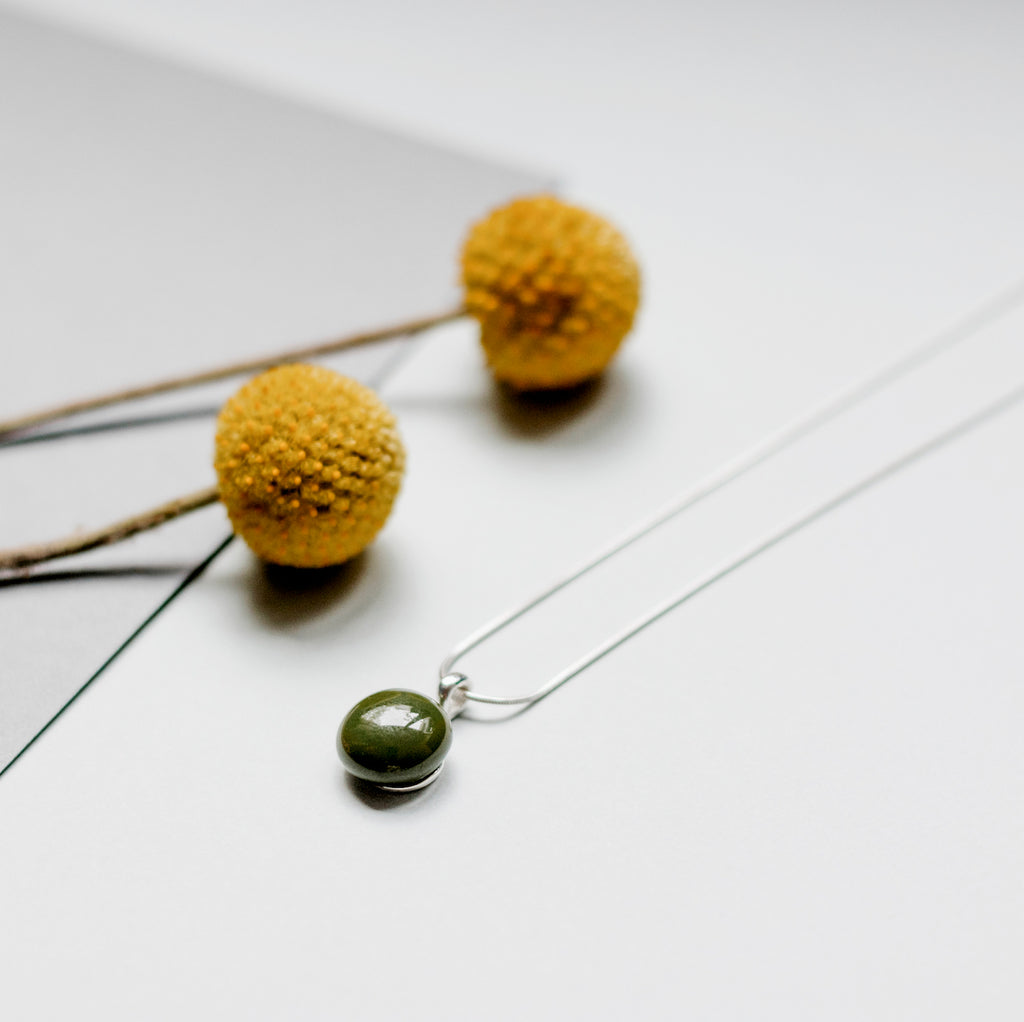 Basic necklace in olive green