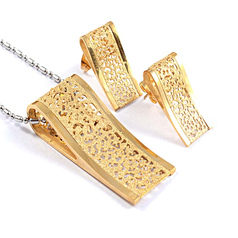 necklace set with openwork style for pendant and earrings in gold