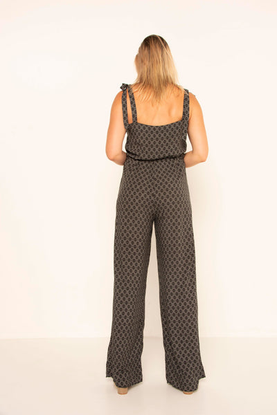 tall-girl-wearing-tie-shoulder-jumpsuit-back-view-vneck-day-look-evening-look