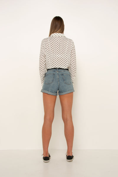 tall-girl-wearing-white-polka-dot-shirt-back-tucked-in-casual-look-cute