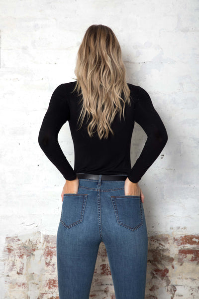 black-long-sleeve-strecth-top-tall-blonde-girl-flattering-cut