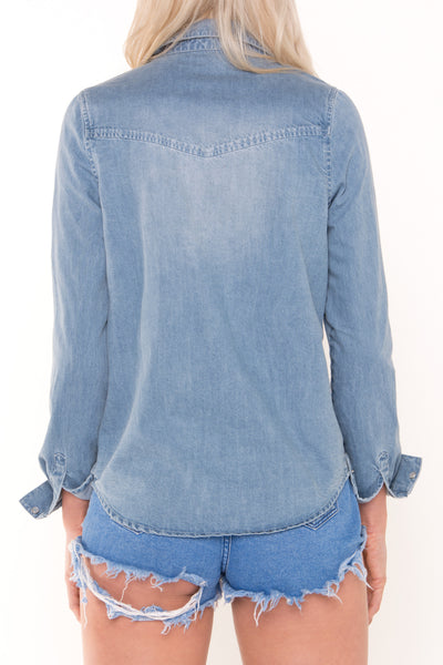 tall-women-wearing-long-denim-shirt