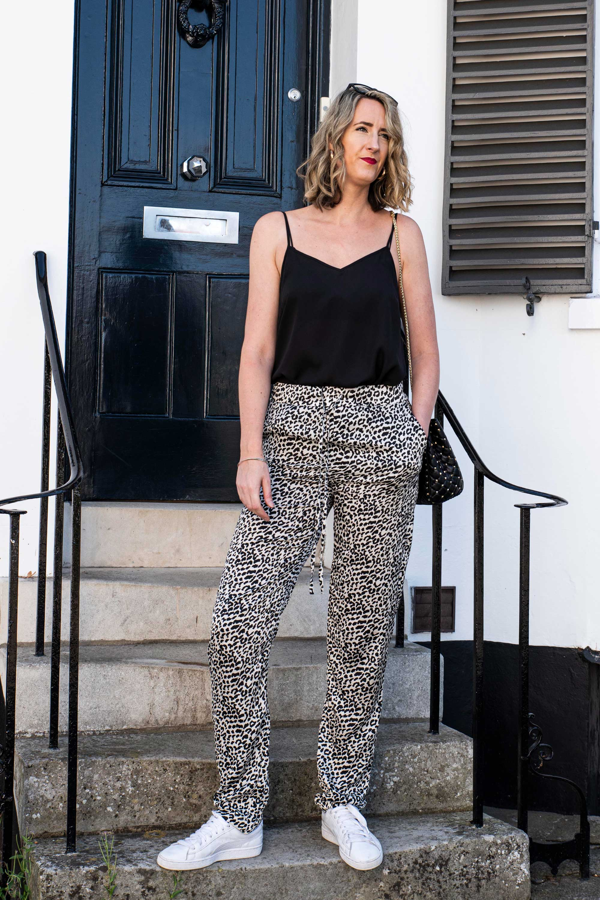long-black-white-leopard-trousers-silk-like-fabric-daywear-look