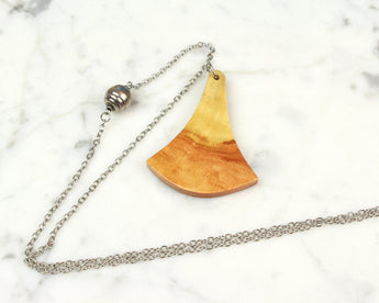 contrasting grain red colored wood pendant necklace