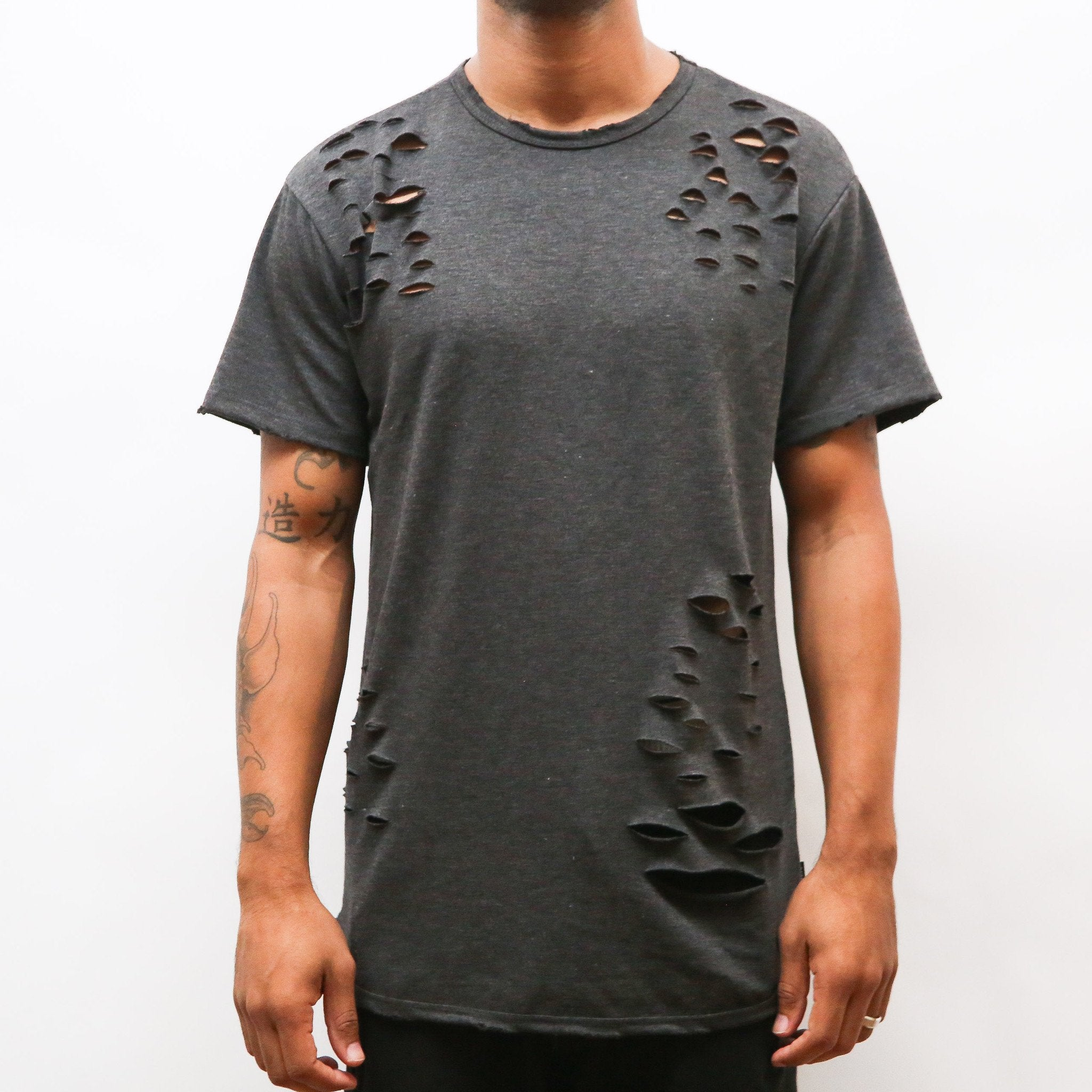 DISTRESSED SCALLOP TEE- GREY