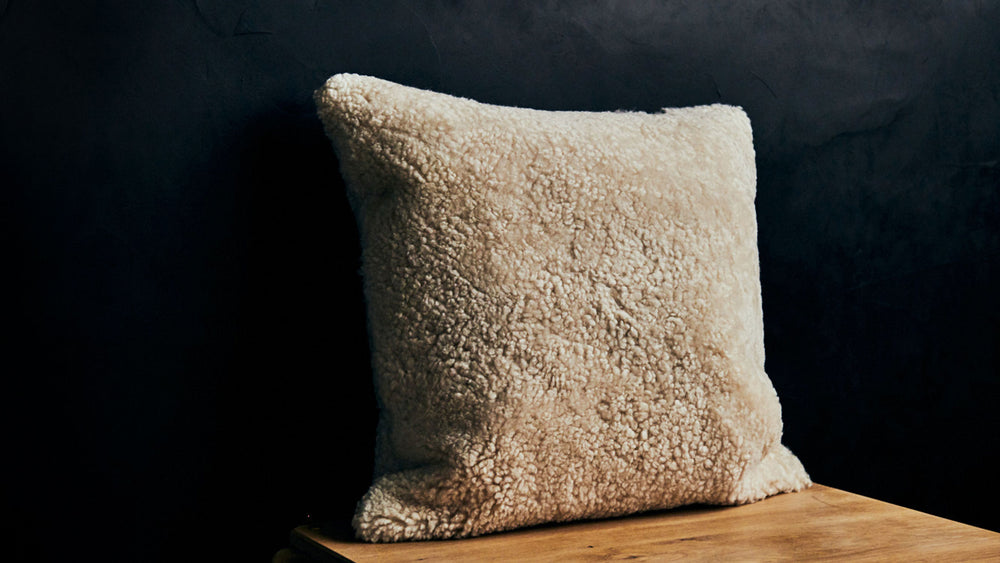 "RW GUILD - CURLY SHORT WOOL PILLOW 22"" x 22"""