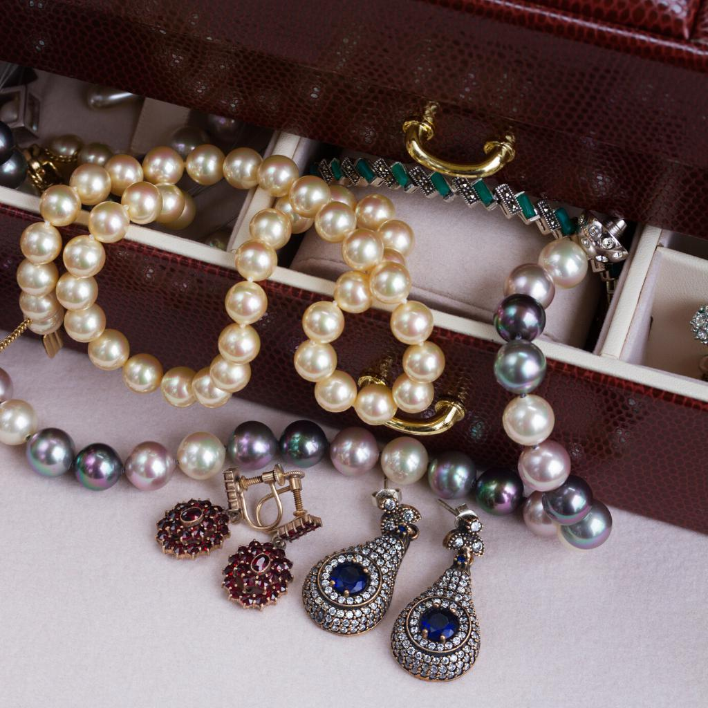 SEVEN WAYS TO WEAR VINTAGE JEWELRY