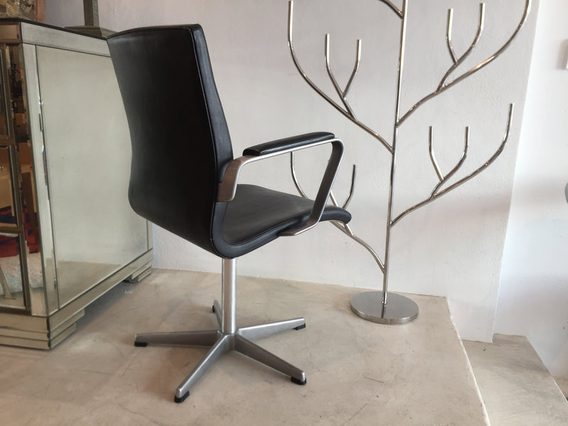 Fritz Hansen 'Oxford' Leather Swivel Chairs by Arne Jacobsen