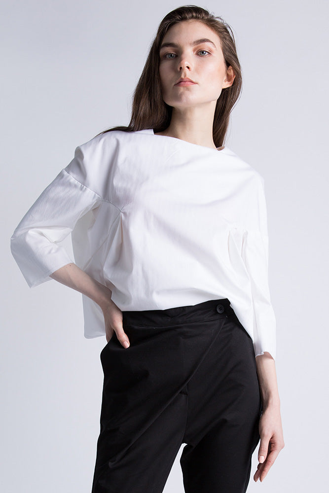Casa Como white poplin blouse with half sleeves and curved hem.