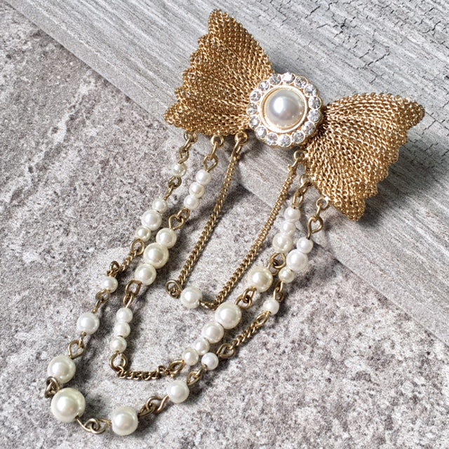 VINTAGE GOLD METAL DIAMANTE BOW BROOCH PIN WITH PEARL CHAIN