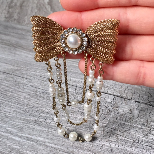 A-SHU VINTAGE GOLD METAL DIAMANTE BOW BROOCH PIN WITH PEARL CHAIN - A-SHU.CO.UK