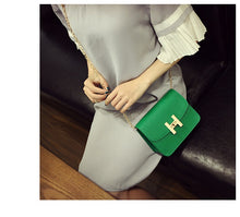 SMALL DESIGNER STYLE GREEN CROSS-BODY HANDBAG WITH CHAIN LINKED STRAP