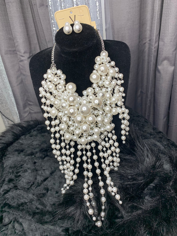 Queen pearl necklace and earrings set