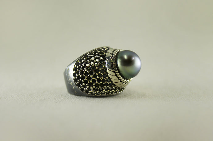 MAGIC DOME SILVER RING WITH BLACK PEARL