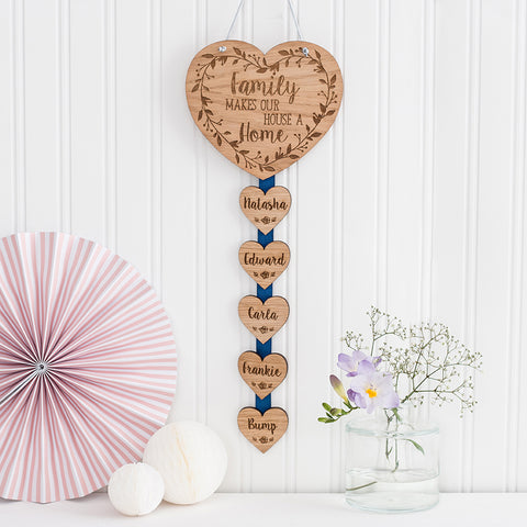 Hanging Wall Plaque 'Family makes our house a home'