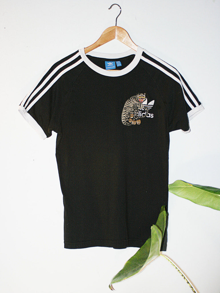 Retro adidas 90s t-shirt upcycled with cloh tiger embroidery