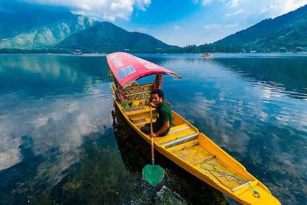 Kashmir Houseboat (2 nights / 3 days) - Stay in premium houseboat & Srinagar sightseeing.