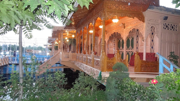 Kashmir Special (4 nights / 5 days) - Stay in premium houseboat, 3 Star hotel, Sightseeing & More!