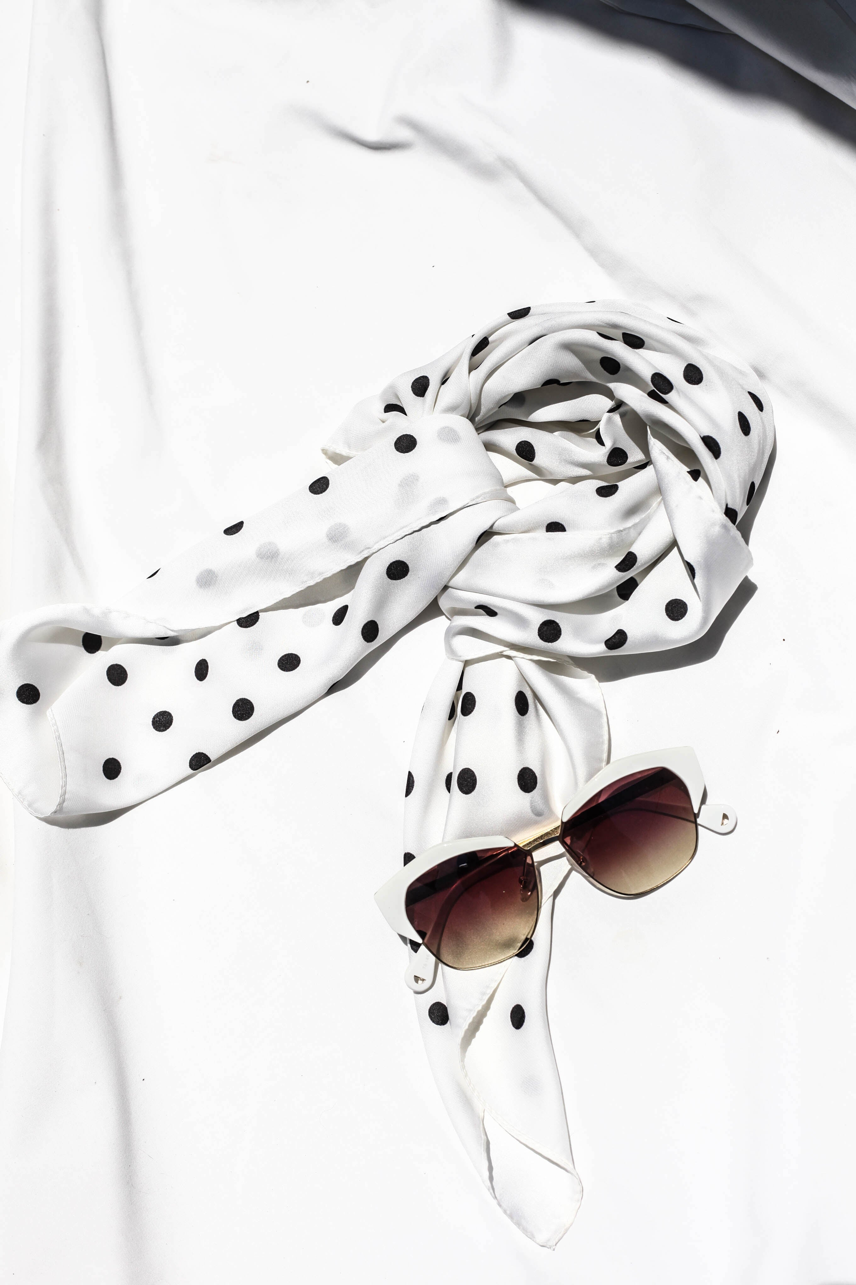 THE KINGS SCARF - BLACK/WHITE SPOTS SILK