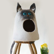 "Cat bed handmade from natural wool ""Siamo"""