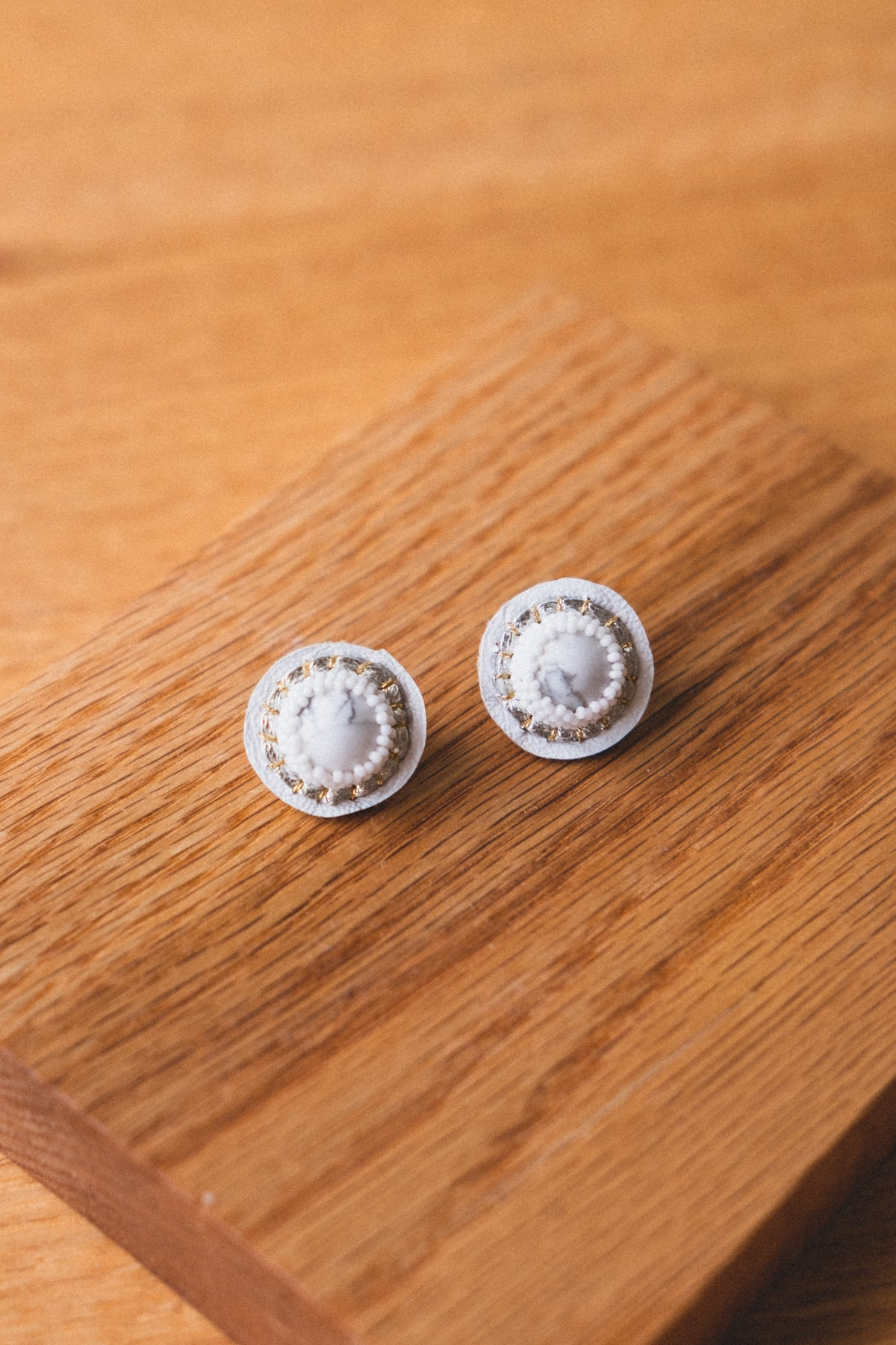 STUD EARRINGS IN WHITE HOWLITE