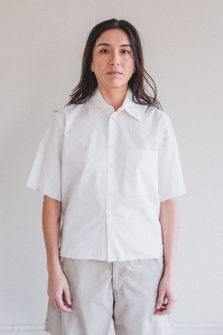 BASIC SHORT SLEEVED CROPPED SHIRT IN WHITE COTTON WITH PEARLY BUTTONS