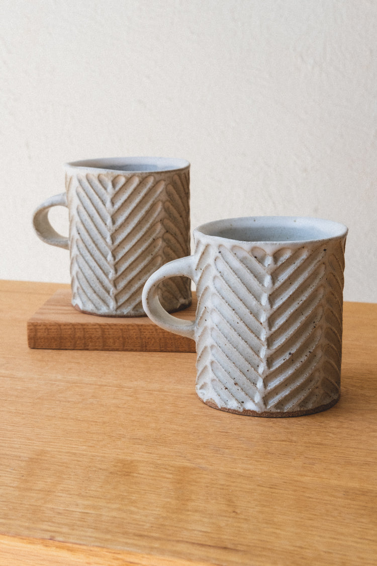CHEVRON MUG IN SPECKLED WHITE