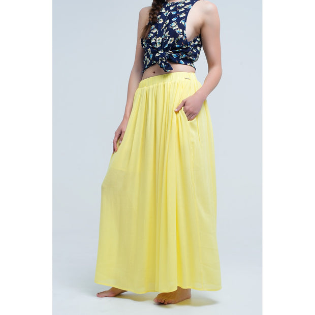Long yellow skirt with elastic waist and side pockets. Very light and soft fabric. Dress with ruffles.
