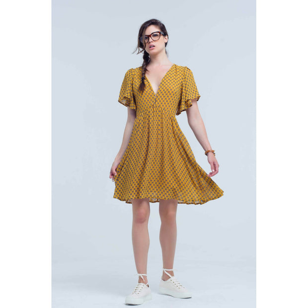 Yellow dress with geometric pattern. Short sleeve with flight. V-neck with detail of gold buttons. Side zipper closure. Very fine and comfortable fabric. Dress with flights.