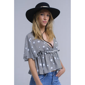 Black crop top with V-neck and short sleeves. It has an elastic band ith ruffles under the chest. It is a stripes top whit stars printed pattern.