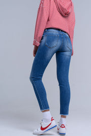 Mix cotton skinny jeans with 5 functional pockets, concealed zip with button closure and back stitching rounded at the top of the buttocks for a push-up effect. Feature fringe details on the edge of the legs and distressed and worm effect in the front.
