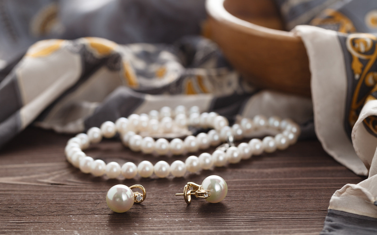 Enhance the beauty of pearls set by wearing them!