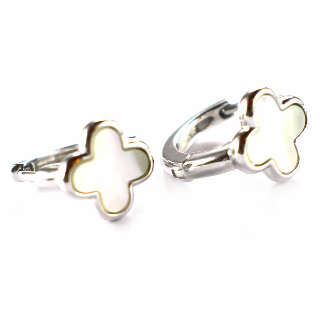 Flower pattern earring with mother of pearl